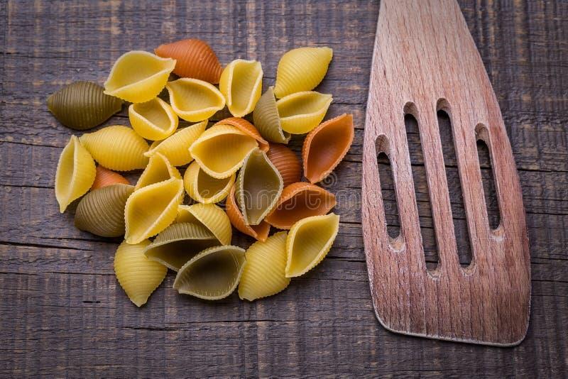 Pâtes délicieuses sur la texture en bois Fourchette en bois photographie stock