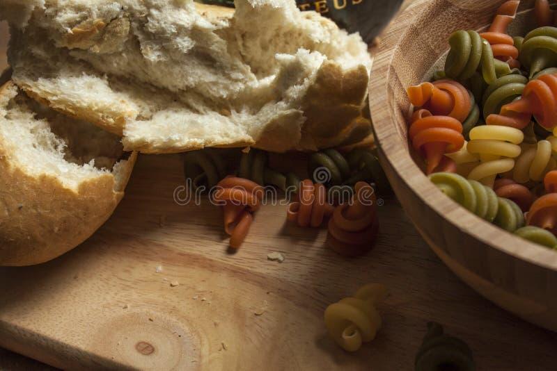 Pâtes dans une cuvette photos stock