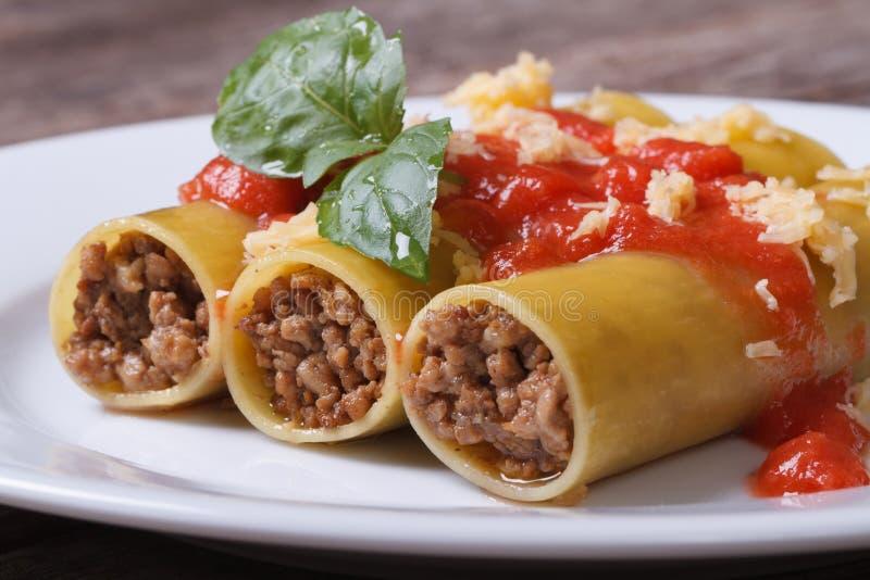 Pâtes de Cannelloni avec la sauce de viande et tomate hachée photo libre de droits