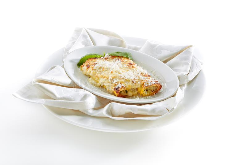 Pâtes de Cannelloni avec le Ricotta d'isolement sur le fond blanc photos libres de droits