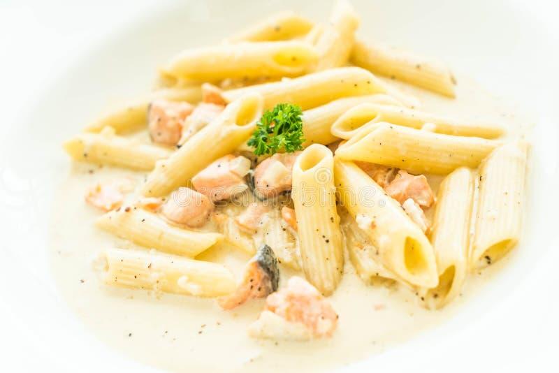 Pâtes de carbonara de Penne avec des saumons images stock