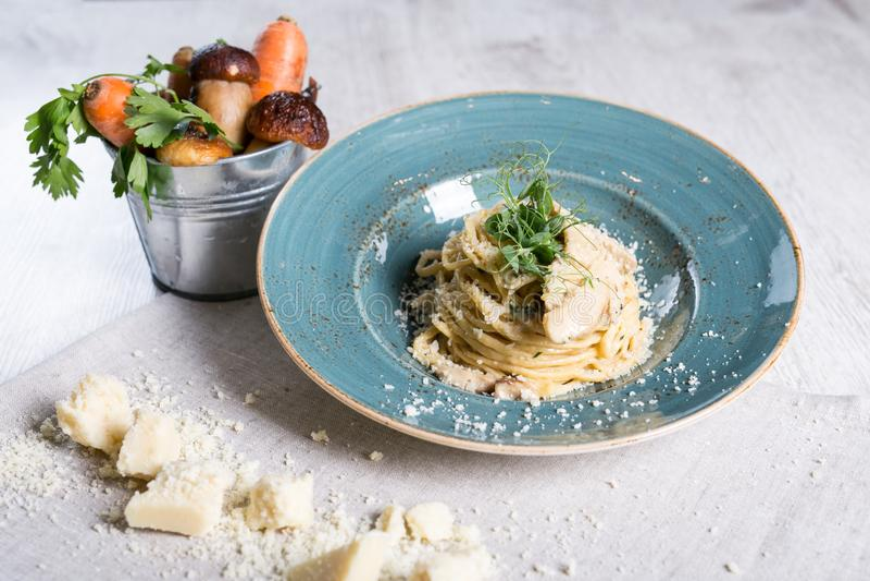 Pâtes de champignon avec le parmesan photos stock