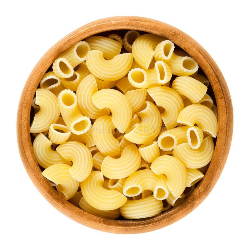 Pâtes de Chifferi dans la cuvette en bois au-dessus du blanc image stock