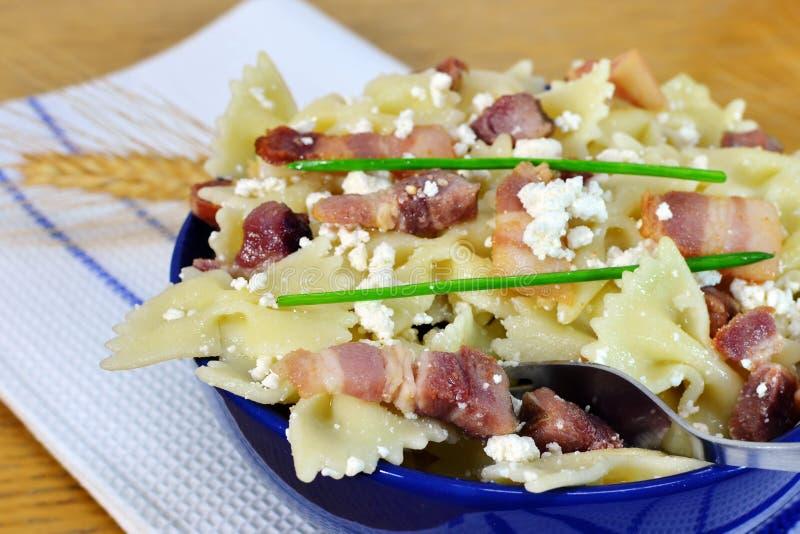 Pâtes de Farfalle avec le lard et le fromage images stock