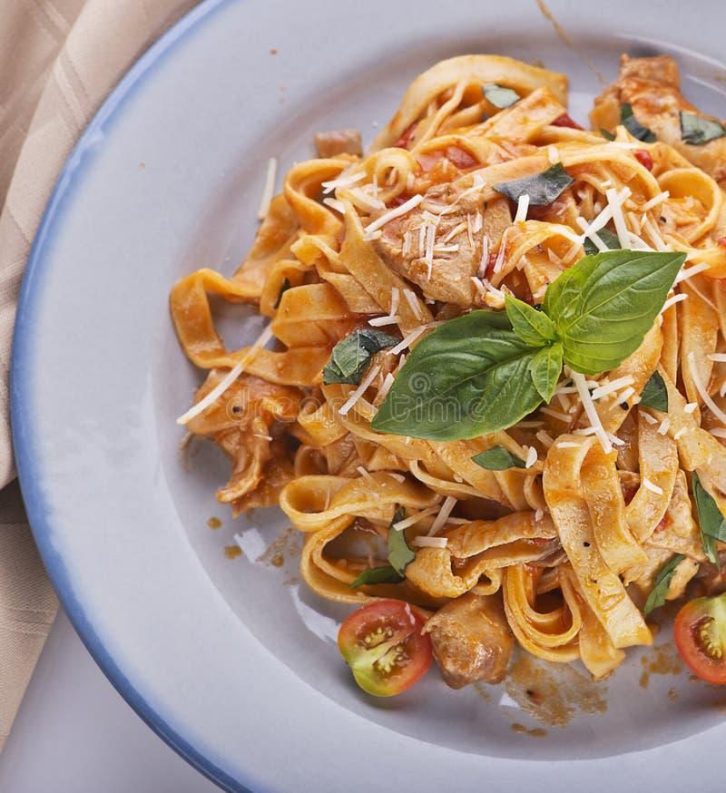 Pâtes de Fettuccine avec le poulet et les légumes image stock