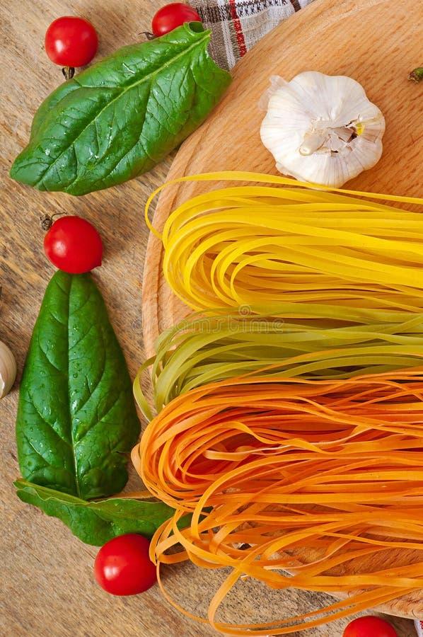 Pâtes de fettuccine et ingrédients colorés de cuisson photo libre de droits