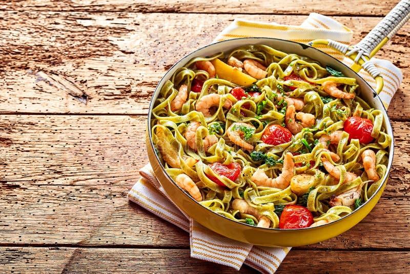 p 226 tes de fruits de mer de tagliatelles avec des crevettes roses et des 233 pinards photo stock