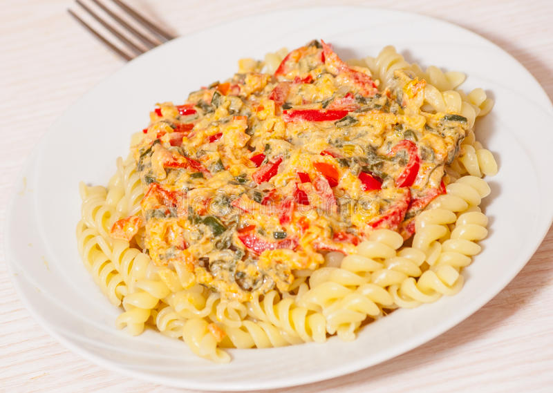 Download Pâtes De Fusilli Avec De La Sauce Image stock - Image du italie, personne: 56490313
