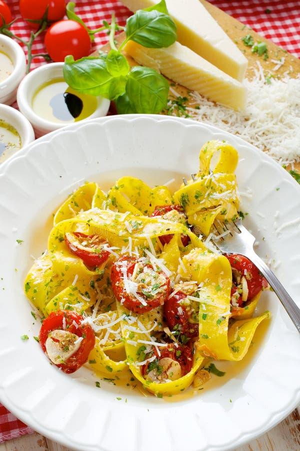Pâtes de Pappardelle avec des tomates et des herbes du plat blanc images stock