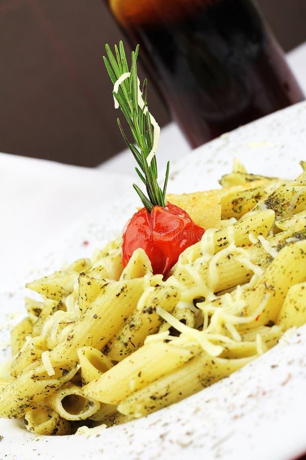 Pâtes de Penne avec de la sauce à pesto, la courgette, les pois et le basilic Nourriture italienne photographie stock