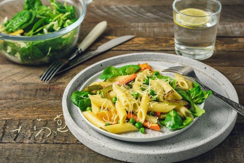 Pâtes de Penne avec les légumes grillés photo stock