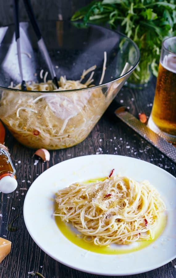 Download Pâtes De Piments Sur Le Fond En Bois Photo stock - Image du dîner, bière: 77152080