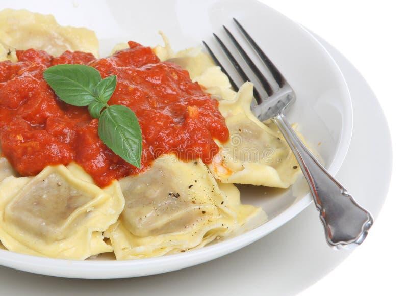 Pâtes de ravioli avec la sauce tomate photographie stock libre de droits