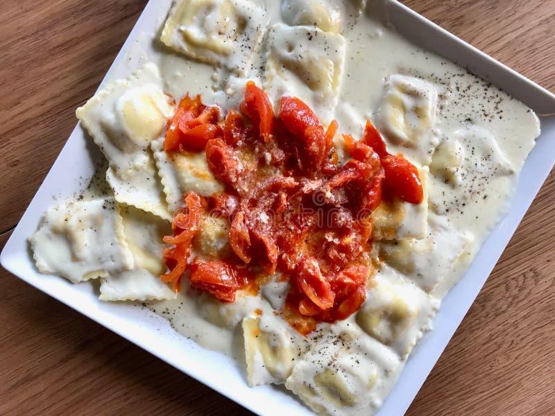 P?tes de ravioli avec la tomate, la sauce ? cr?me et le parmesan photo stock