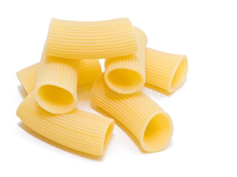 Pâtes de Rigatoni d'isolement sur le blanc. photos stock