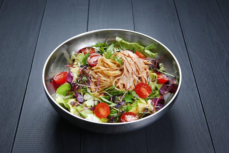 Pâtes de salade de Chichen avec les spaghetti, la tomate et les herbes dans la cuvette photos stock