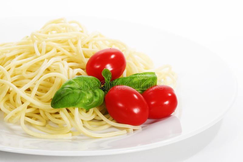Pâtes de spaghetti avec le basilic photographie stock libre de droits