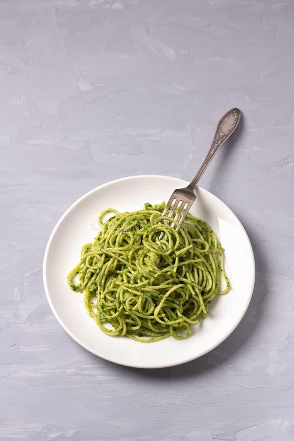 Pâtes de spaghetti avec le pesto vert du chou frisé, des noix, de l'ail et de l'huile d'olive photographie stock