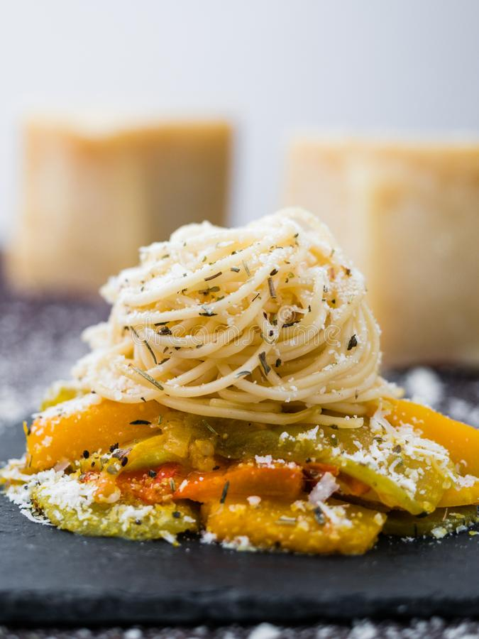 Pâtes de spaghetti avec les légumes, le fromage et les herbes photo libre de droits