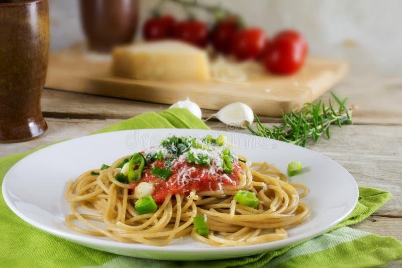 Pâtes de spaghetti de blé entier avec la sauce tomate fraîche, sprin frit photographie stock libre de droits
