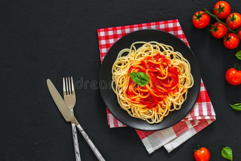 Pâtes de spaghetti italiennes lassales à la sauce tomate photos stock