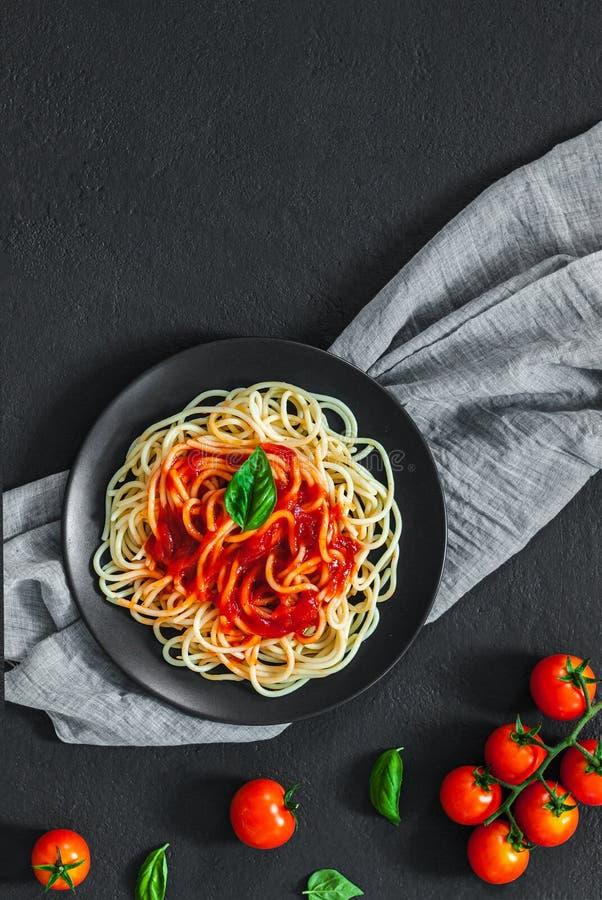 Pâtes de spaghetti italiennes lassales à la sauce tomate photographie stock libre de droits