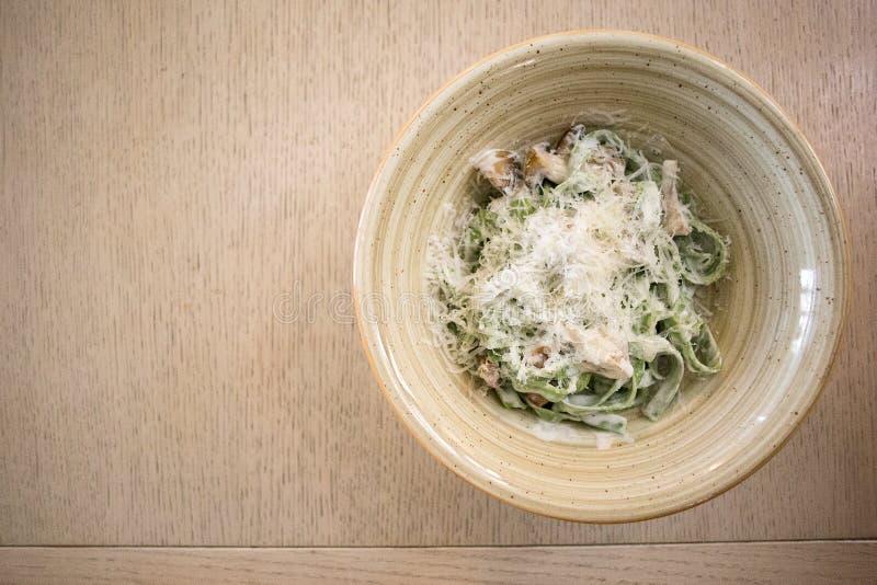 Pâtes de tagliatelles avec des épinards, des champignons de paris et le parmesan, vue supérieure photographie stock