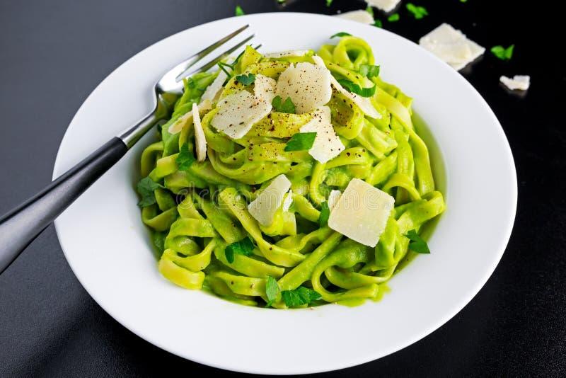 Pâtes de tagliatelles avec du fromage d'épinards, d'avocat et de parmesan, herbes dans le plat blanc nourriture de concept saine photos stock