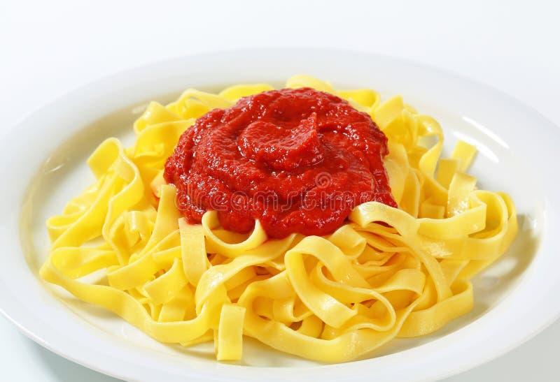Pâtes de tagliatelles avec la sauce tomate photos stock