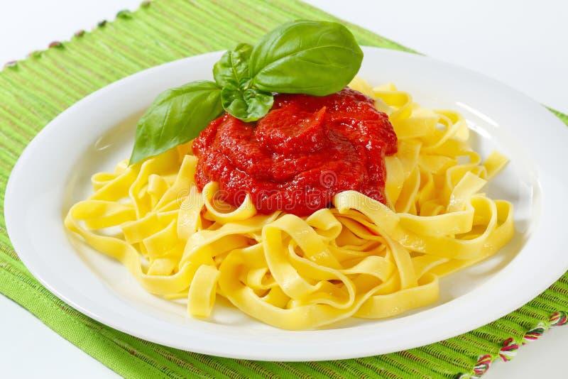 Pâtes de tagliatelles avec la sauce tomate photographie stock libre de droits