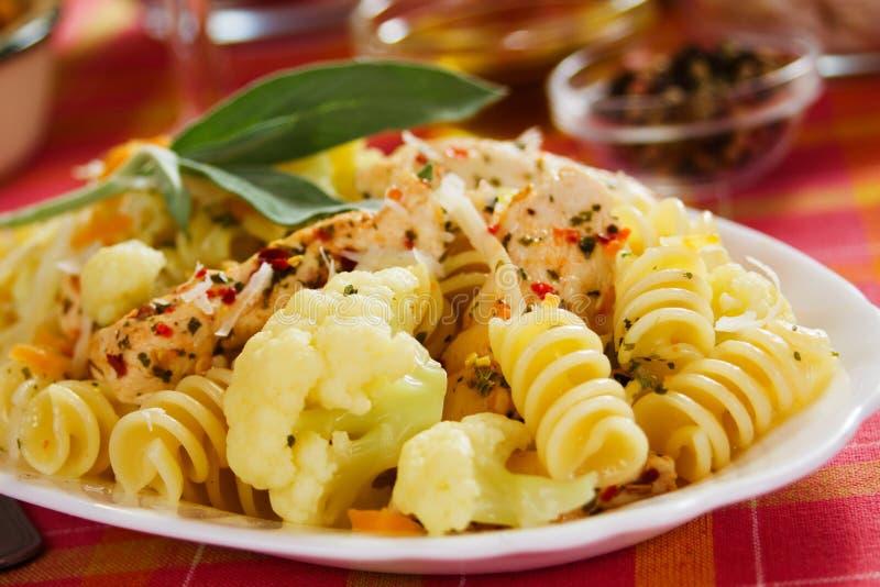Pâtes de Tortiglioni avec le chou-fleur et le poulet photographie stock libre de droits