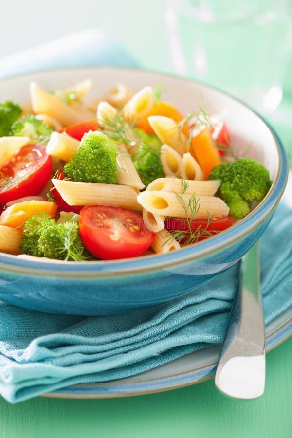 Pâtes de Vegan avec la carotte de tomate de brocoli photographie stock