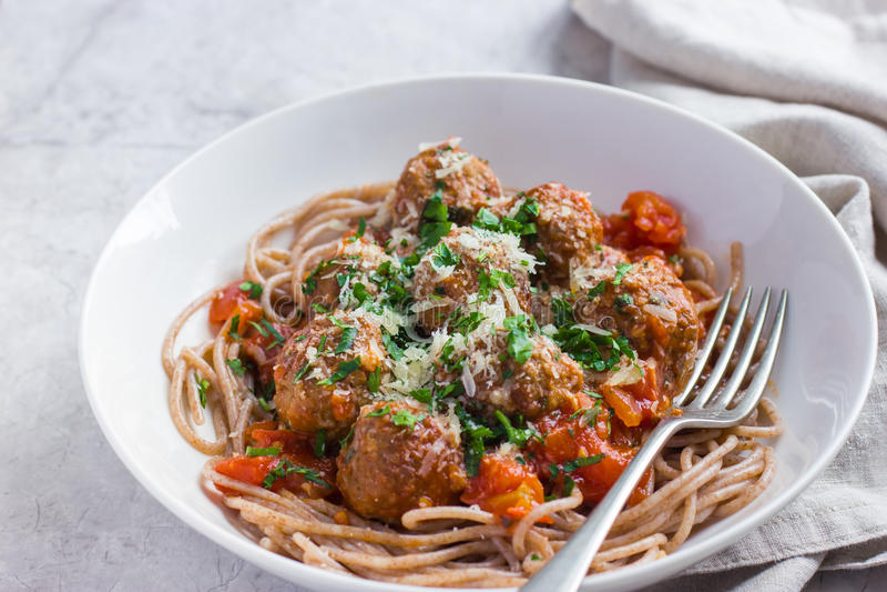 Pâtes entières de spaghetti de grain avec les boulettes de viande de boeuf et le sauc de tomate photos stock