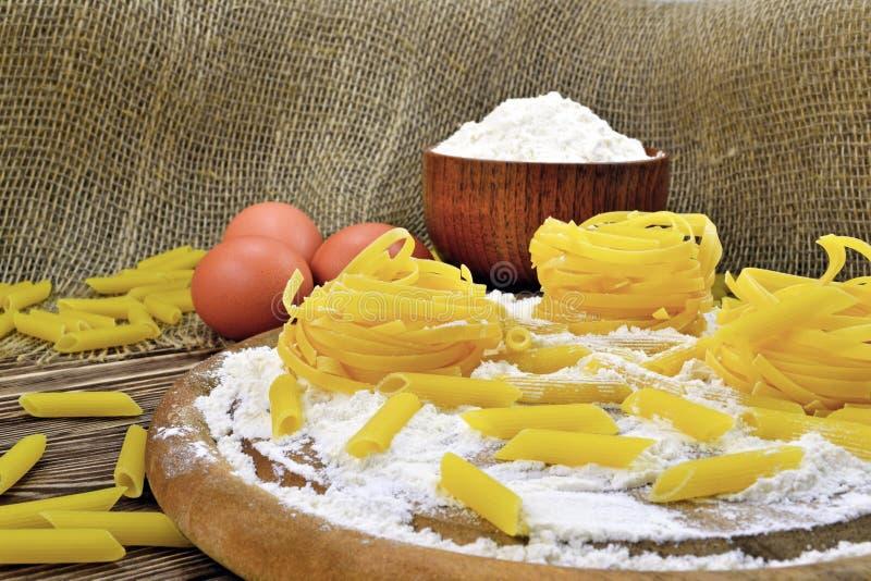 Pâtes et farine photographie stock libre de droits