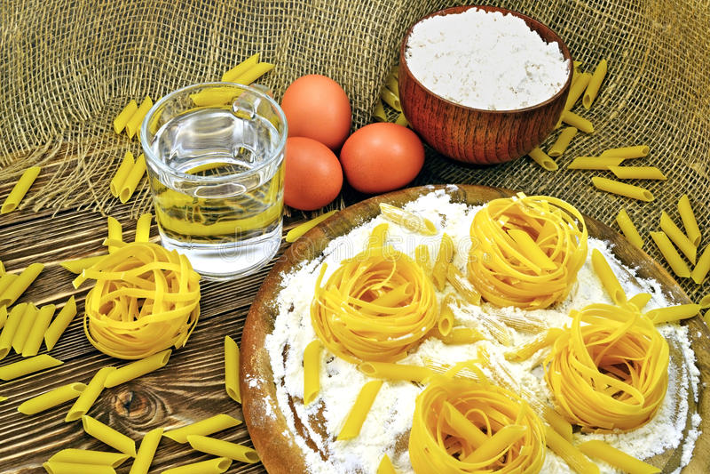 Pâtes et farine photos stock