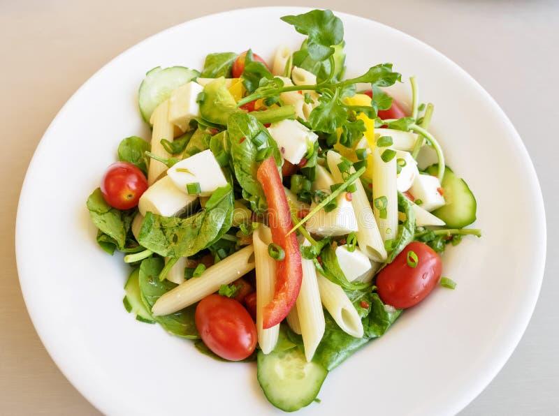 Pâtes et fromage végétaux organiques de salade images stock