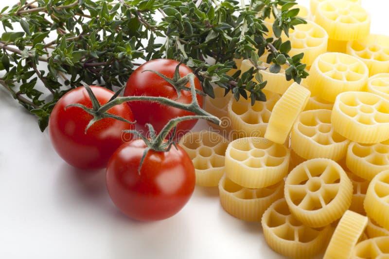 Pâtes et ingrédients de Rotelle image libre de droits