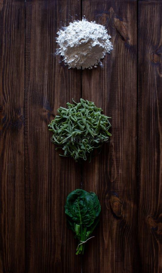 Pâtes et ingrédients italiens pour la cuisson Fond en bois photo stock