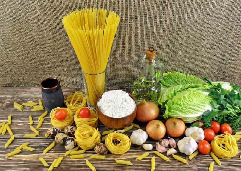 Pâtes et légumes sur la table image stock