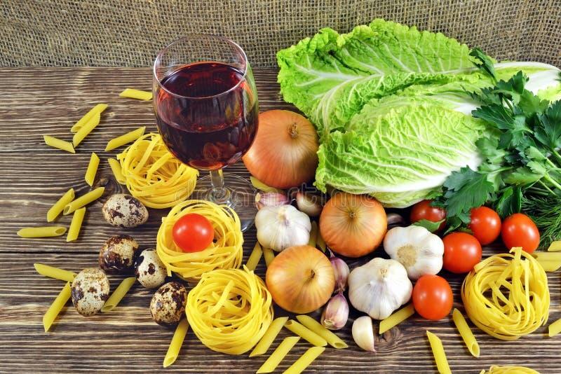Pâtes et légumes sur la table photo stock