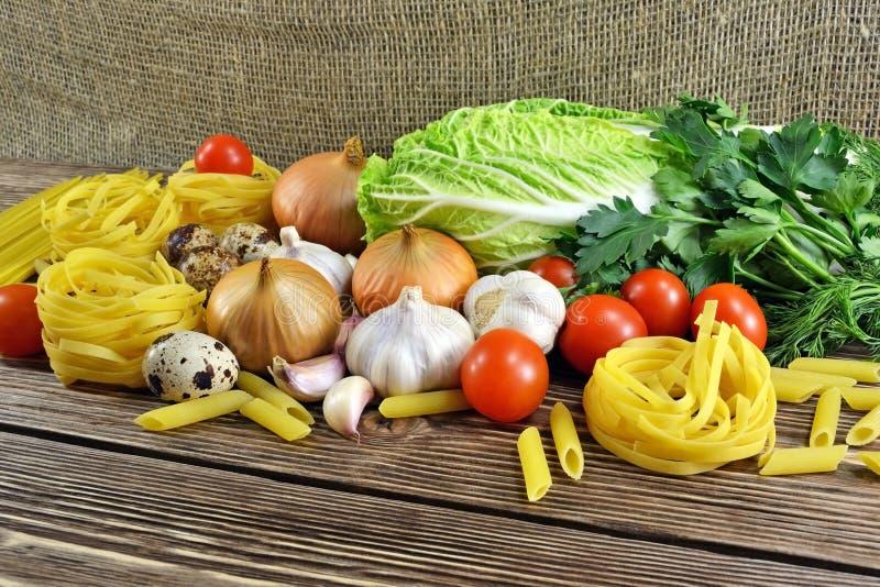 Pâtes et légumes sur la table image libre de droits