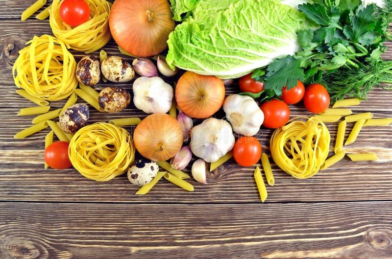 Pâtes et légumes sur la table photo libre de droits