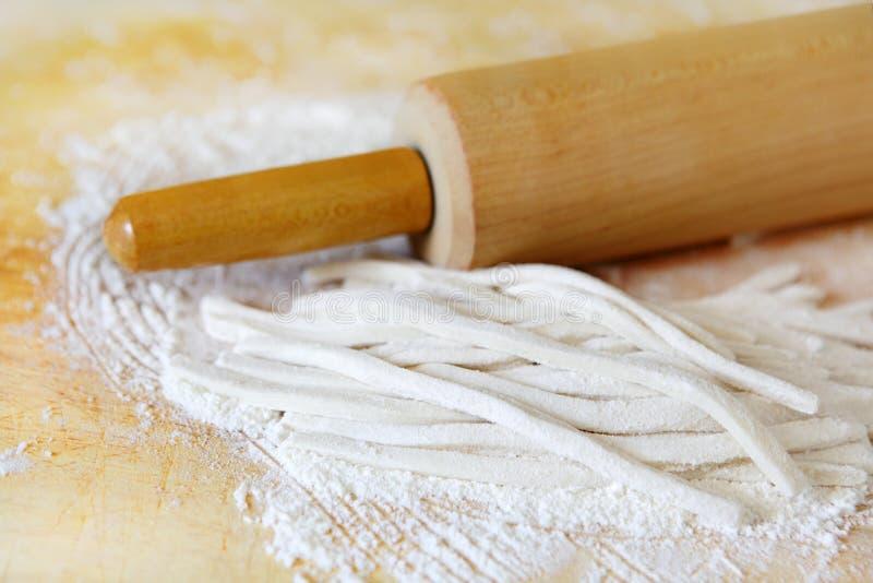 Pâtes et rouleau images stock