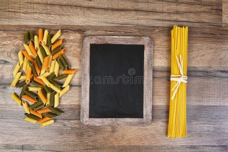 Pâtes et tableau images stock