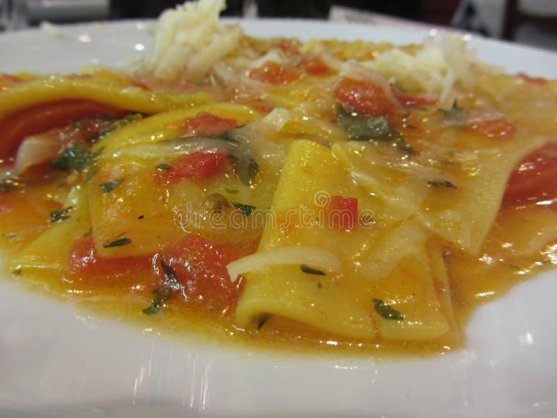 Pâtes faites maison avec la sauce tomate, l'oignon, le basilic et l'huile d'olive Recette italienne image libre de droits