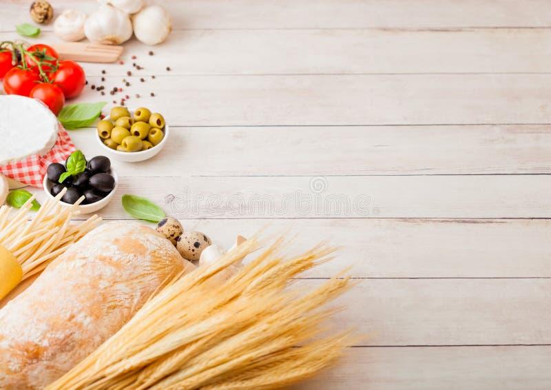 Pâtes faites maison de spaghetti avec des oeufs de caille avec la bouteille de sauce tomate et de fromage sur le fond en bois Nou photo libre de droits