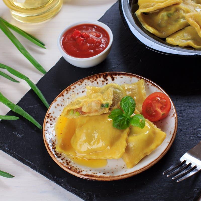 Pâtes faites maison italiennes traditionnelles de ravioli bourrées des pommes de terre et des épinards avec la sauce tomate, l'hu photos stock