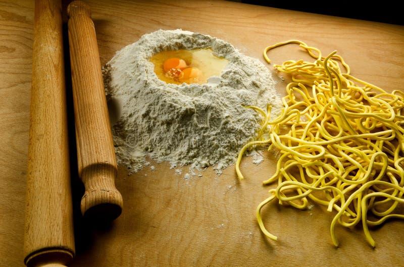 Pâtes fraîches italiennes : chitarra d'alla de spaghetti photos libres de droits