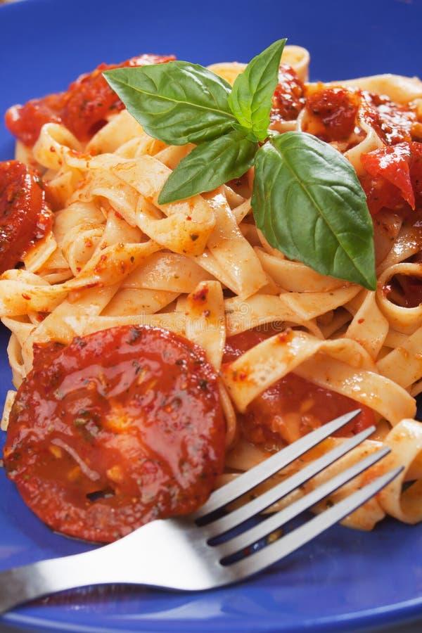 Pâtes italiennes avec la sauce tomate photos stock
