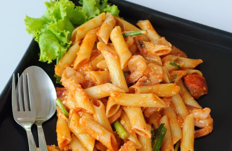 Pâtes italiennes avec la sauce tomate images stock